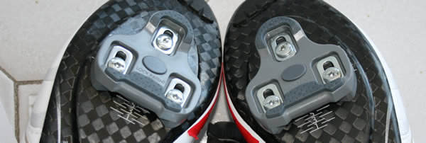 Montage des cales-pieds Look sur des chaussures de vélo